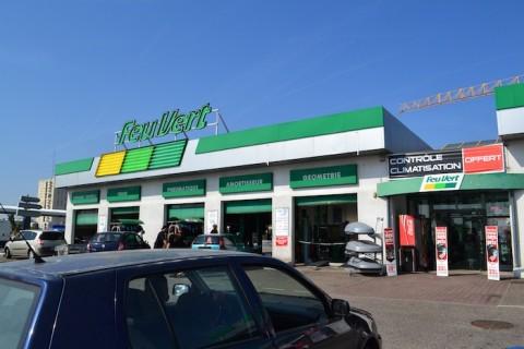 Feu vert centre commercial rive droite for Feu vert perpignan